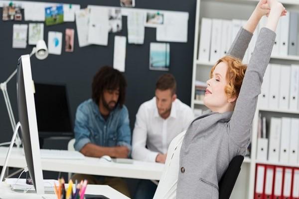 Θα σου λύσουν τα χέρια: 4 ασκήσεις για την πλάτη που μπορείς να κάνεις ενώ είσαι στο γραφείο! (Video)