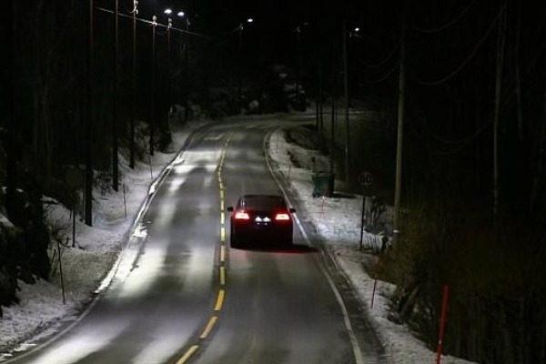 O έξυπνος δρόμος που ανάβουν τα φώτα όταν περνάει αυτοκίνητο! Που βρίσκεται;