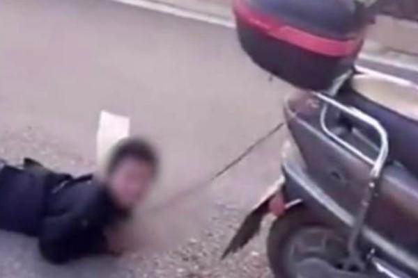 Τι άλλο θα δούμε: Μάνα έδεσε τον γιο της και τον έσερνε πίσω από το μηχανάκι!