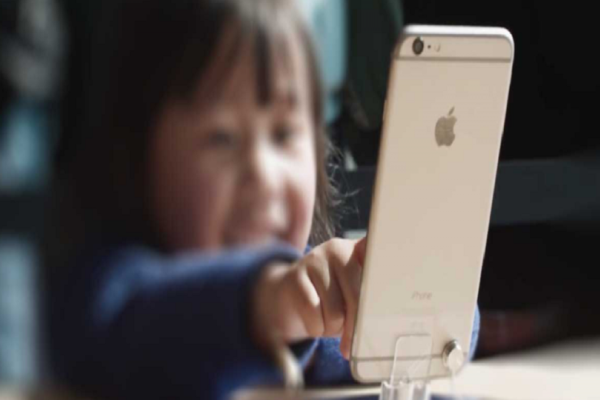 Apple: Καλείται να ερευνήσει αν το iPhone είναι εθιστικά για τα παιδιά