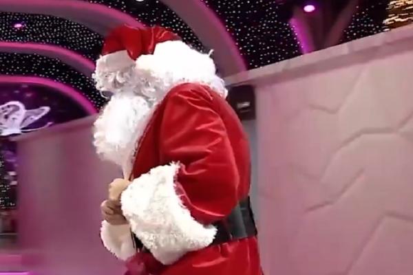 Συνέβη και αυτό! Ποιος πρωθυπουργός εμφανίστηκε ντυμένος Άγιος Βασίλης σε τηλεοπτικό show; (video)