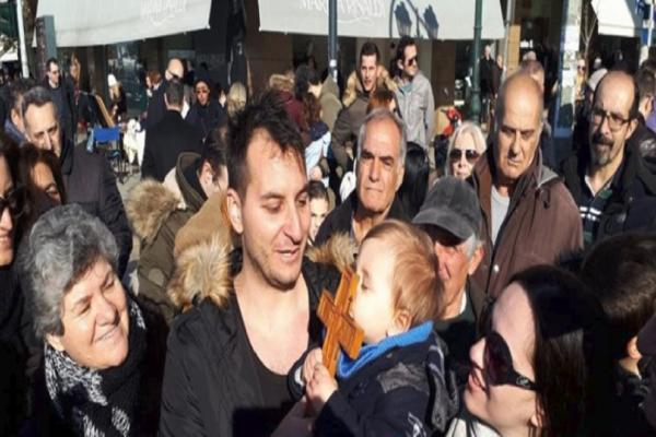 Θεοφάνεια 2018: Ένας 28χρονος αστυνομικός ο τυχερός κολυμβητής που έπιασε τον Σταυρό στη Θεσσαλονίκη