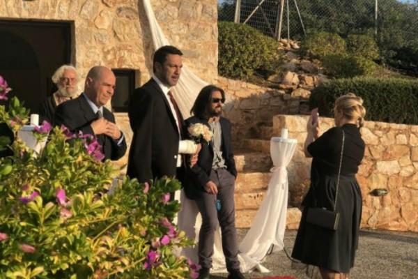 «Έλα στη θέση μου»: H Φαίη αφήνει τον Δαμιανό στα σκαλιά της εκκλησίας! Αποκλειστικό φωτογραφικό υλικό!