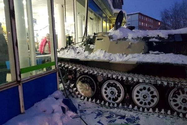 Η φωτογραφία της ημέρας: Τεθωρακισμένο όχημα «εισβάλει» στη βιτρίνα ενός σούπερ μάρκετ!