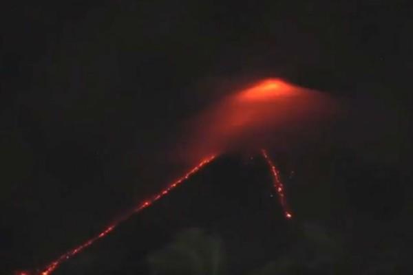 Εντυπωσιακές εικόνες από το ενεργό ηφαίστειο στις Φιλιππίνες!