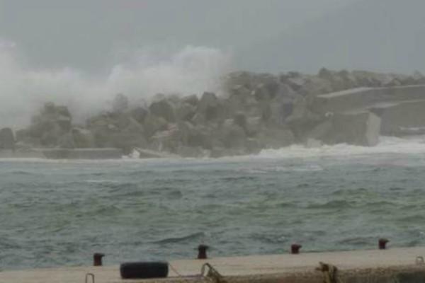 Διαλύθηκε μέχρι και το λιμάνι της Ικαρίας από τους ισχυρούς ανέμους (Photos)