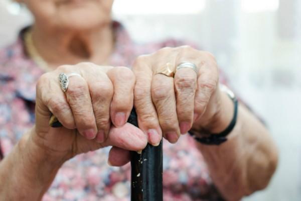 Απίστευτο και όμως αληθινό: Γιαγιά κρατούσε αιχμάλωτο υπερήλικα στην Ομόνοια για να «φάει» την περιουσία του!