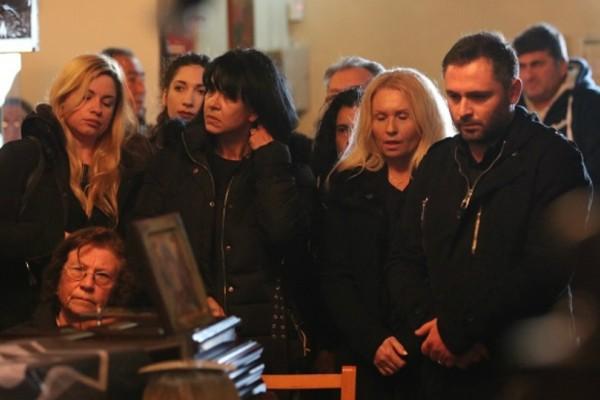 «Ράγισαν καρδιές» στο τελευταίο αντίο στον Ευγένιο Γκέραρντ! Τραγική φιγούρα η σύζυγος του (Photos)