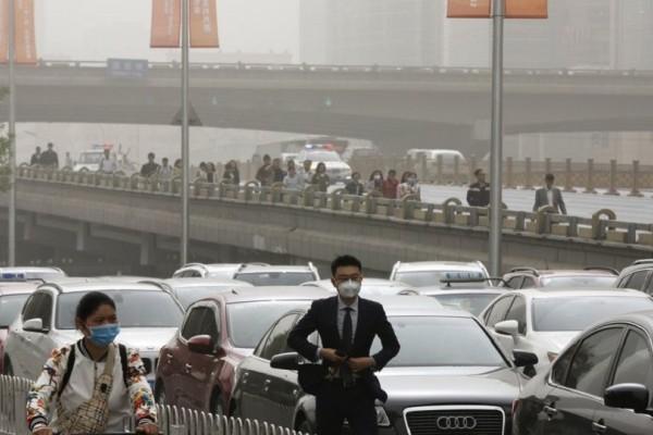 Σε πορτοκαλί συναγερμό η Κίνα: Έχει «βυθιστεί» στο νέφος! - Με μάσκες κυκλοφορούν οι κάτοικοι