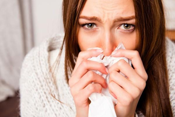 Έτσι θα  προλάβεις την μύτη σου από το κοκκίνισμα και το ξεφλούδισμα όταν είσαι κρυωμένη!