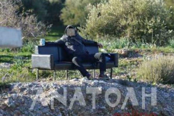 Έπος στην Κρήτη: Αραχτός οπαδός πήρε καναπέ και πήγε έξω από το γήπεδο να δει την ομάδα του (Photo)