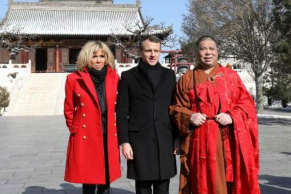 Το κατακόκκινο παλτό της Μπριζίτ Μακρόν στην Κίνα - Για ποιο λόγο το λάτρεψαν οι Κινέζοι; (Photos)