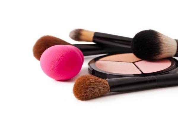 Σφουγγαράκια - πινέλα - δάχτυλα: Πώς πρέπει να απλώνεις το μακιγιάζ σου;