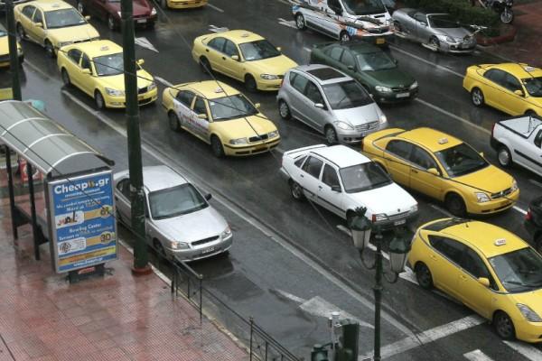 Προβλήματα από τη βροχή στους δρόμους της Αθήνας: Σε ποιους δρόμους έχει μποτιλιάρισμα;