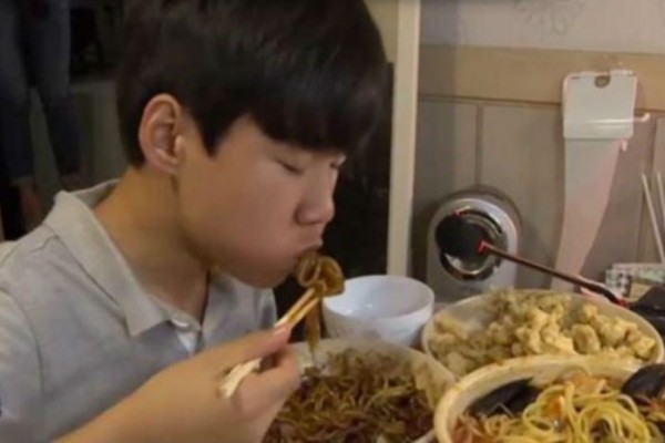 Αυτός ο έφηβος 1500 δολάρια την ημέρα… τρώγοντας!