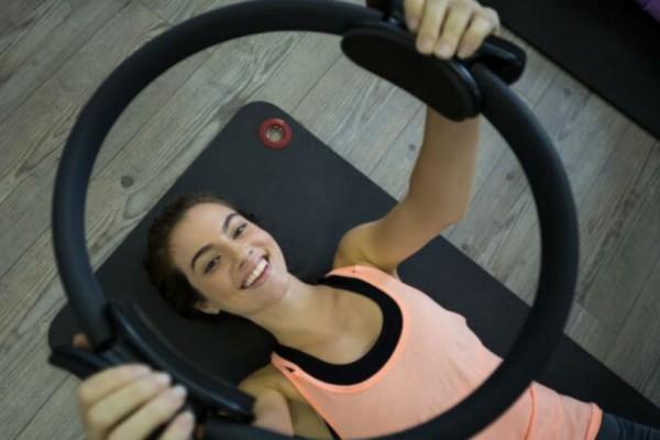 Οι πιο σωστές ασκήσεις για τέλειο σώμα με ένα δαχτυλίδι Pilates!