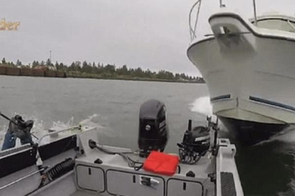 Βίντεο σοκ: Ταχύπλοο «καβαλάει» βάρκα με τρεις ψαράδες!