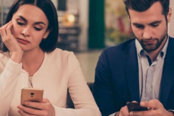 Είναι απιστία  να έχεις Tinder όσο είσαι σε σχέση; Τι λένε οι ειδικοί;