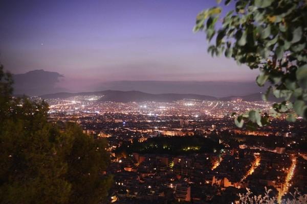 «Σούπερ Μπλε Ματωμένο Φεγγάρι»: 9 σημεία της Αθήνας με απίστευτη θέα για να απολαύσεις το εντυπωσιακό φαινόμενο