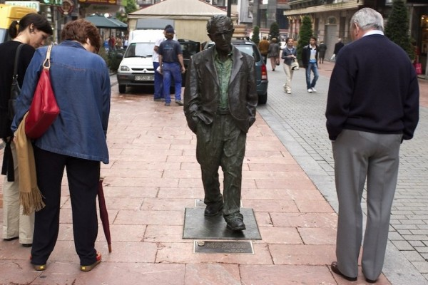 Σάλος με το άγαλμα του Γούντι Αλεν στην Ισπανία! - Θέλουν να το γκρεμίσουν επειδή είναι... διεστραμμένος!