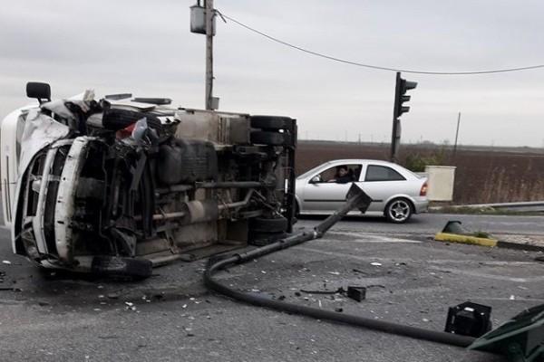 Τροχαίο σοκ στην Φωκίδα: Φορτηγό ξήλωσε κολώνα φωτισμού και ανατράπηκε! (photos)