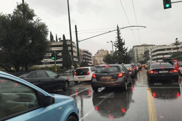 Κυκλοφοριακό κομφούζιο στους δρόμους της Αθήνας λόγω κακοκαιρίας!