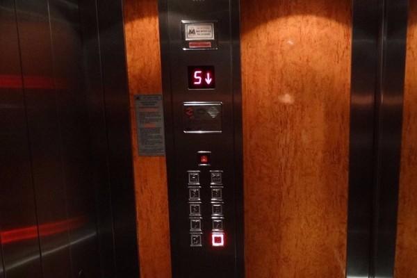Σάλος στην Πάτρα: Όργια 22χρονης με... 79χρονο μέσα σε ασανσέρ! Άνοιξε η πόρτα και...