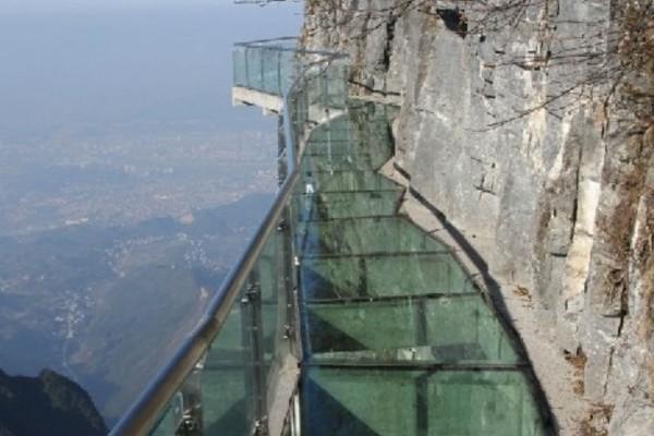 Τρόμος: Δείτε την μεγαλύτερη γυάλινη γέφυρα στον κόσμο! Ήταν έμπνευση για πασίγνωστη ταινία.