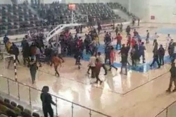 Ξύλο και των... γονέων! Μαλλιά κουβάρια σε αγώνα μπάσκετ γυμνασίων!