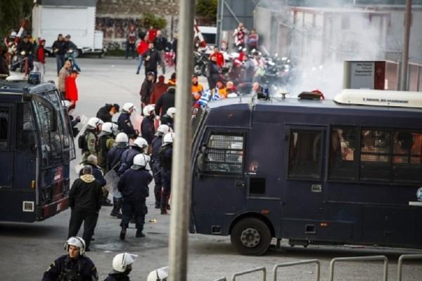 Έκτακτο: Επεισόδια στο Καραϊσκάκη - Επίθεση οπαδών στην Αστυνομία!