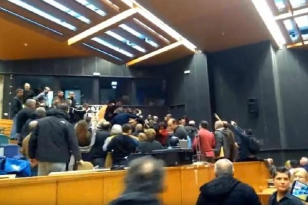 Σε ρινγκ μετατράπηκε το Περιφερειακό Συμβούλιο Αττικής! (Video)