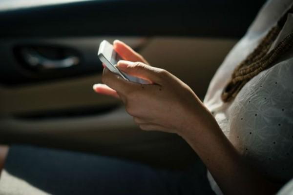 Έρευνα: Πόσοι άνθρωποι τσεκάρουν κρυφά το κινητό του συντρόφου τους;
