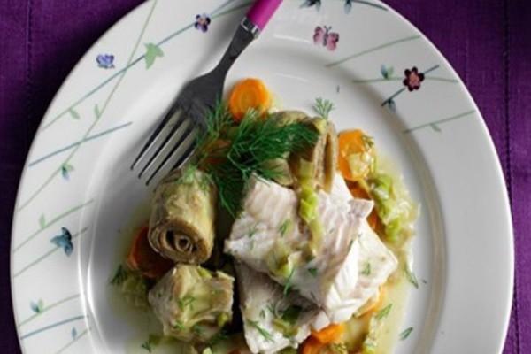 Μια νόστιμη και εύκολη συνταγή: Φιλέτο μπακαλιάρου αλά πολίτα με αγκινάρες και καρότα!