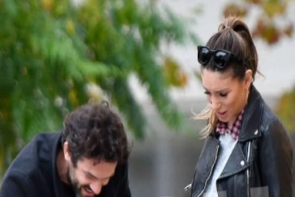 Οικονομάκου - Μιχόπουλος: Τελευταίες βόλτες πριν το μαιευτήριο! Χεράκι - χεράκι στον δρόμο...