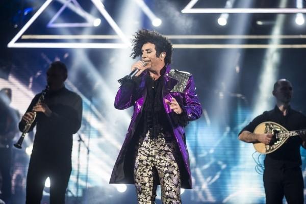 Απίστευτος όπως πάντα! - Ο Γιώργος Μαζωνάκης εμφανίστηκε στη σκηνή ως άλλος Prince! (Video)