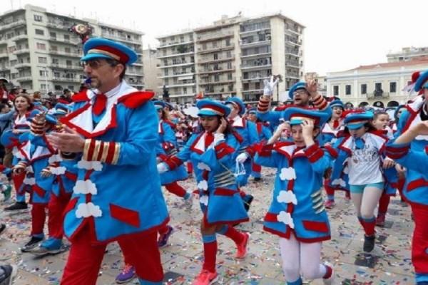 Ξέφρενο γλέντι: Η Πάτρα «χορεύει» στους ρυθμούς του καρναβαλιού! (Video)