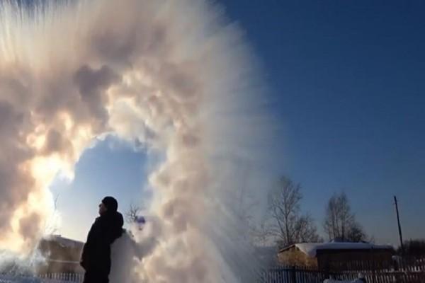 Απίστευτο βίντεο: Πώς το βραστό νερό γίνεται χιόνι σε δευτερόλεπτα!