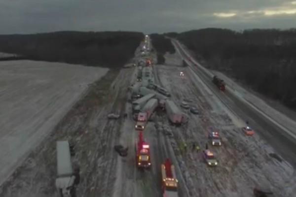 Σοκαριστική καραμπόλα με 100 οχήματα σε αυτοκινητόδρομο - Μια νεκρή και πολλοί τραυματίες (video)