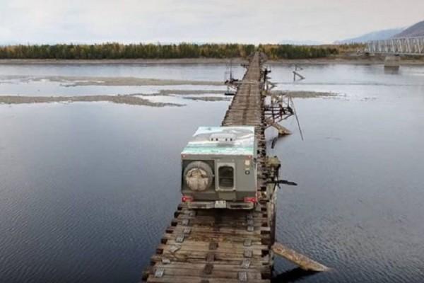 Αποκλειστικά για τους τολμηρούς: Μία γέφυρα στη Σιβηρία που κόβει την ανάσα! (Video)