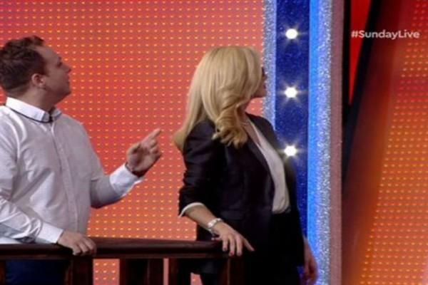 Sunday Live: Έπεσε το σκηνικό στην πρεμιέρα! «Πάγωσαν» Μακρυπούλια – Μουτσινάς στον αέρα! (video)