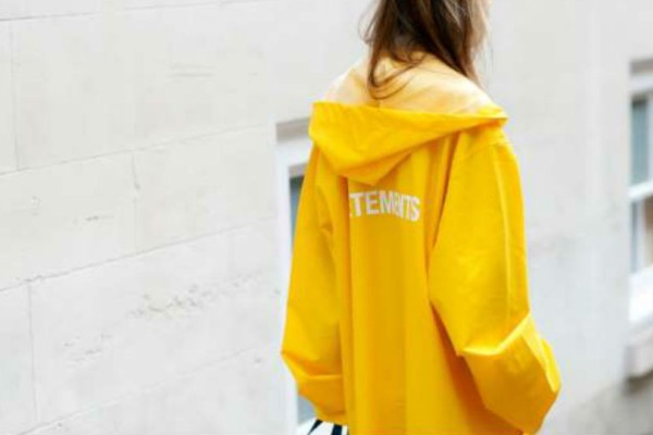 Αδιάβροχο παλτό: 5 ιδέες για να το φορέσεις με κάθε σου outfit
