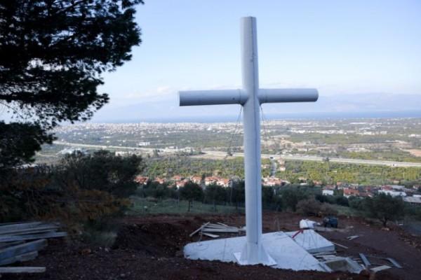 Τα σχόλια δικά σας: 37.000 ευρώ κοστίζει ο γιγάντος σταυρός 18 μέτρων του Αμβρόσιου!
