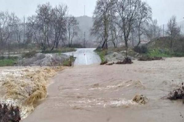 Λάρισα: Πλημμύρες και σοβαρά προβλήματα από την έντονη βροχόπτωση! - Ζευγάρι εγκλωβίστηκε μέσα στο σπίτι του (Video)