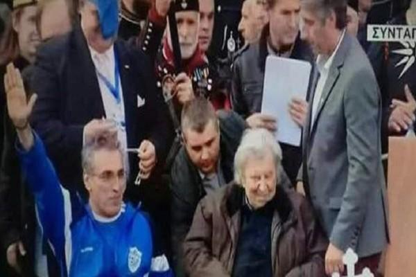 Συλλαλητήριο για την Μακεδονία: Ο πρόεδρος των Παραολυμπιονικών χαιρέτησε ναζιστικά δίπλα στον Μίκη Θεοδωράκη!