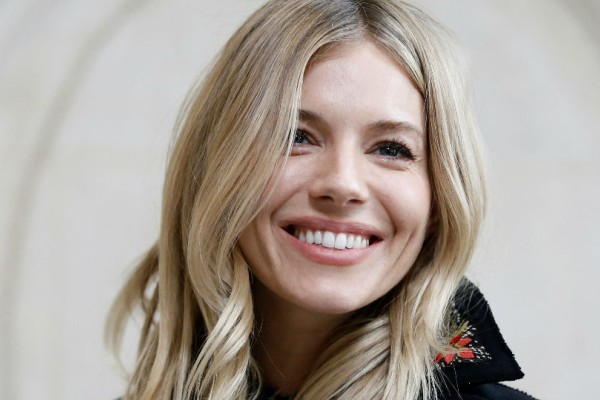 Κάντο όπως η Sienna Miller: Έτσι θα φορέσεις τα χειμωνιάτικα πανωφόρια και την άνοιξη