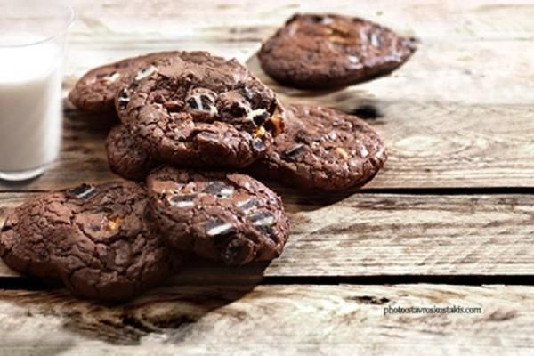 Είναι εύκολα και πεντανόστιμα! - Cookies διπλής σοκολάτας με σταφίδες!
