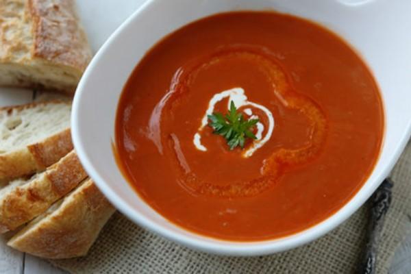 Ζεστή σούπα με κόκκινη πιπεριά εάν αντέχεις τα καυτερά!