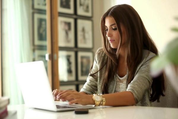 Δες αν είσαι και εσύ! Τι κάνει μια επιτυχημένη γυναίκα την πρώτη ώρα στη δουλειά της.