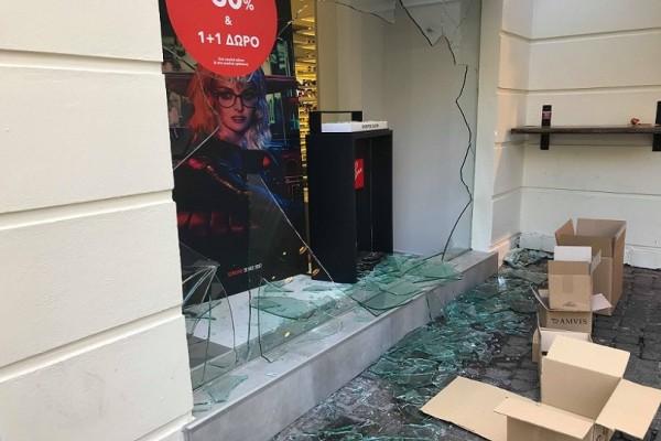Άγνωστοι βανδάλισαν την Ερμού - Έσπασαν τζαμαρίες 11 καταστημάτων! (Photo & Video)