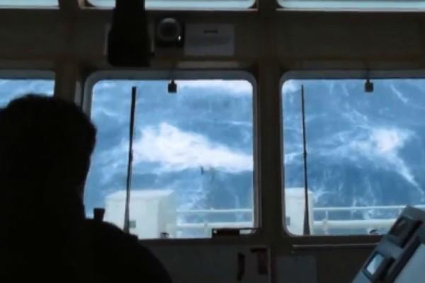 Πλοίο παλεύει με τεράστια κύματα στη Β. Θάλασσα!